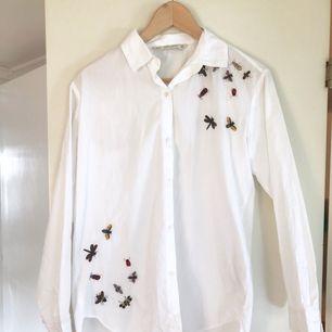 - märke Zara - broderad med flugor och insekter - vit och rak modell - strl XS