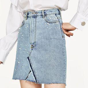 - märke Zara - ljus jeanskjol med pärlor - kort modell, hös midja - använd 1-2 gånger - strl XS