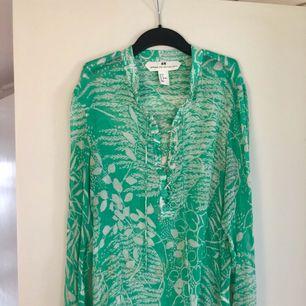 - märke H&M studio - grön långärmad blus - strl 38, passar 36 också - färg mest rättvis på modellbilden