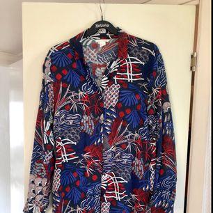 - märke H&M trend - långskjorta/tunika - mönster i blå, röd, vit och svart - strl 34