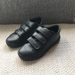 Säljer nu mina svarta sneakers från Monki pga platsbrist i garderoben. Använda ett fåtal gånger, med andra ord i mycket gott skick. Funkar bra både vår, höst och sommar!