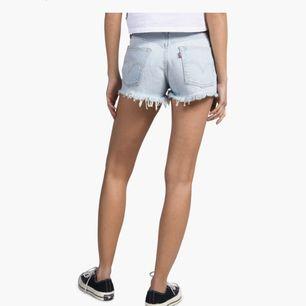 Sjukt snygga shorts från Levi's. Helt nya, endast testade då de är en aningen för små för mig tyvärr. Jag brukar pendla mellan 36 och 38 men tror dessa passar någon med 36. 🌸