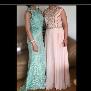 Endast använda vid tillfället på bilden, alla paljetter sitter kvar, klänningarna är i nyskick. Den blåa är köpt för 5800 och den rosa för 6300, säljs för 4000kr inkl frakt separat. Fler bilder kan skickas i chatten.