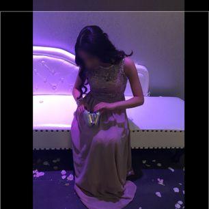Inlägg om klänningen finns längre ner bland de saker som säljs, bl.a info om storlek, pris, skick mm