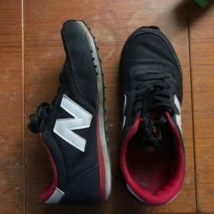 Snygga rödsvarta new balance-skor. Inte direkt slitna men definitivt i använt skick. Gummit har släppt lite på högra skon men det syns inte egentligen. Så sköna! Lite stora i strl.