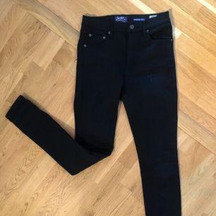Crocker jeans som är skitsnygga och slickade mot benen!!! Inte jätte stressiga, men har aldrig använt dem så de är inte stretchade alls, bli den första ;)   Tar swish och kan mötas upp i Uppsala och posta ;) frakt 54kr