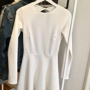 En fin vit klänning som används 1 gång (skolavslutning) och passar till det men även andra festligheter. Den är i ett stretchigt och hyfsat tjockt material, så trosan syns ej igenom ;)   Tar swish och kan mötas upp i Uppsala men även posta ;)