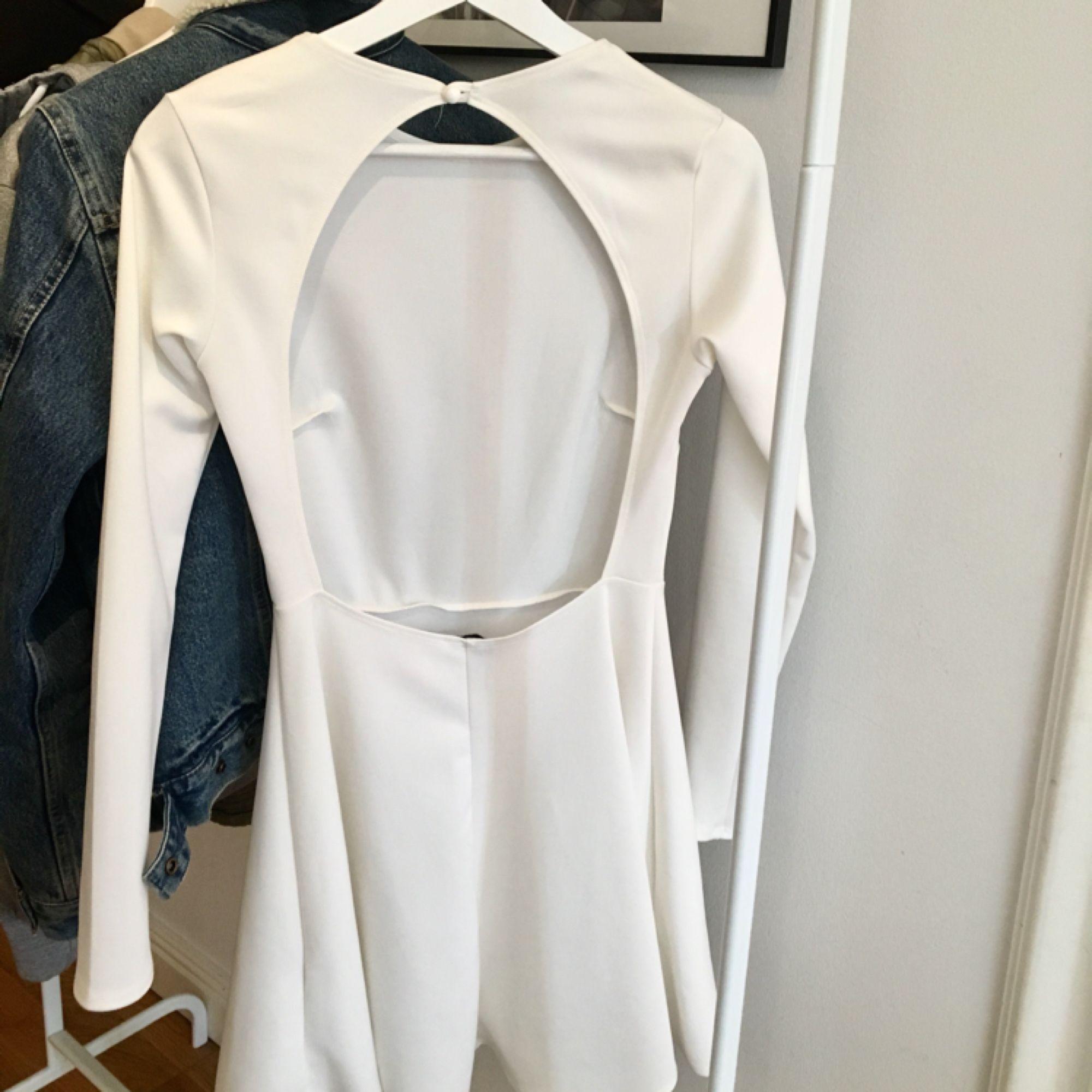 En fin vit klänning som används 1 gång (skolavslutning) och passar till det men även andra festligheter. Den är i ett stretchigt och hyfsat tjockt material, så trosan syns ej igenom ;)   Tar swish och kan mötas upp i Uppsala men även posta ;). Klänningar.