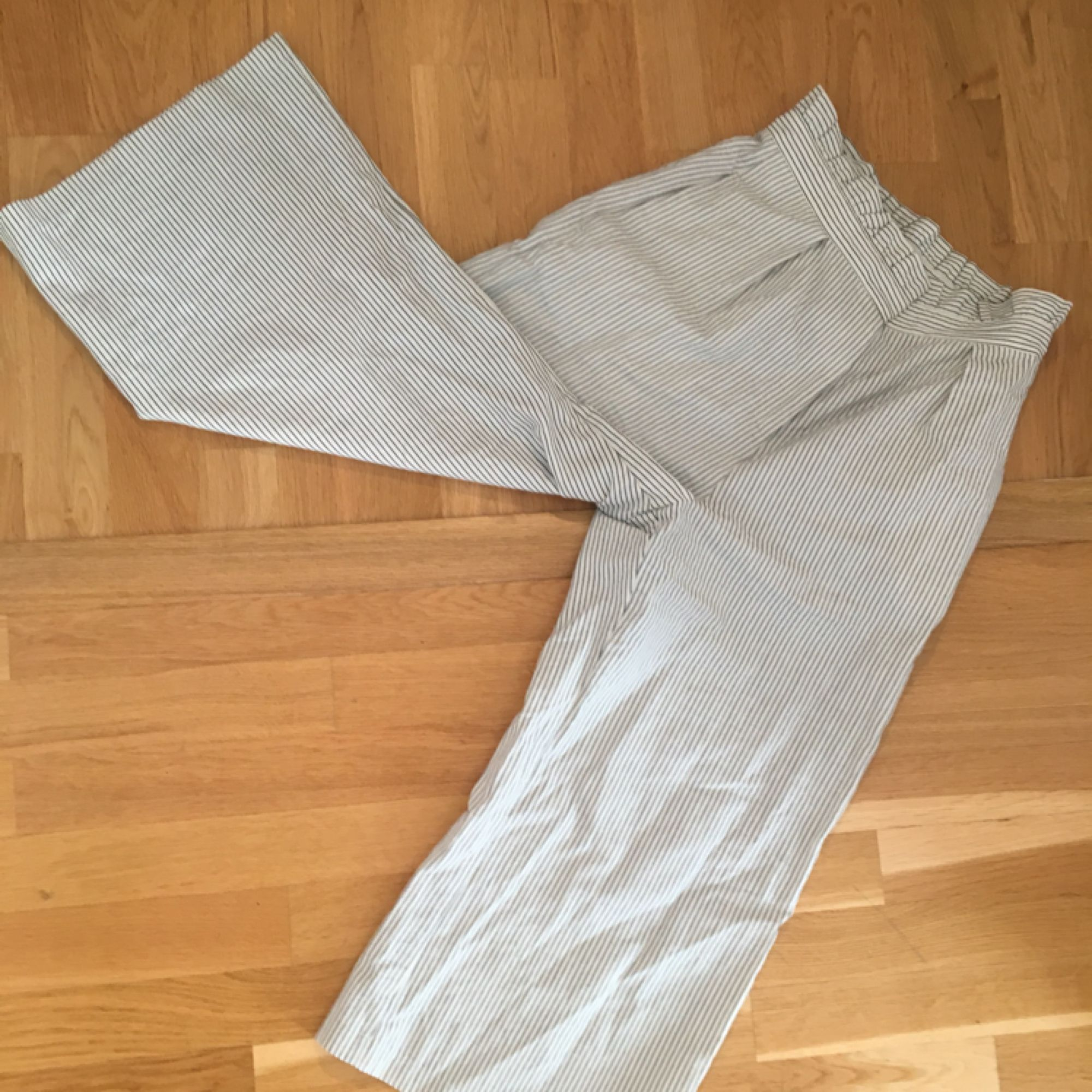 Mysiga och luftiga byxor som passar till allt, särskilt en varm sommardag. Inte stretchiga, men det är bara storleken i midjan som spelar roll, så en XS/S kan ha dessa, elr vem som helst med mindre midja. Frakt 54kr.. Jeans & Byxor.