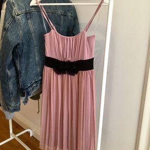 En skön klänning som använts 1 gång på ett bröllop, men passar till mer än bara det!!! Den är väldigt stretchig och har ett mysigt och lätt material. Passar XXS-M eftersom den är så stretchig.   Tar swish och kan mötas upp i Uppsala och posta ;)