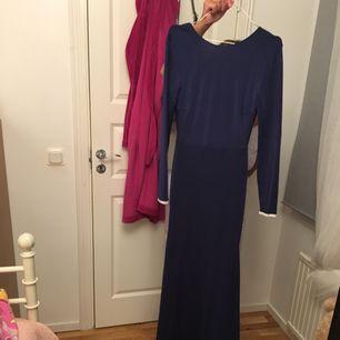 Jätte fin klänning o pris går att diskutera :)