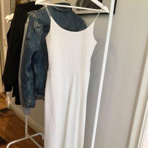 En vit jumpsuit som är lite uppsydd och passar jättebra på någon som är 165cm elr runt omkring. Passar till fina tillfällen o partymomemts!! <33   Tar swish och kan mötas upp i Uppsala och posta ;)