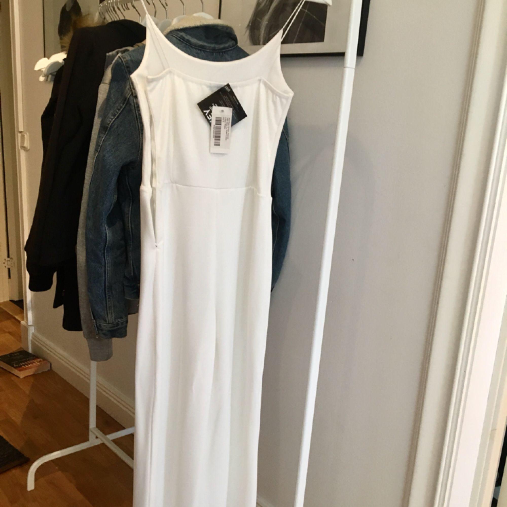 En vit jumpsuit som är lite uppsydd och passar jättebra på någon som är 165cm elr runt omkring. Passar till fina tillfällen o partymomemts!! <33   Tar swish och kan mötas upp i Uppsala och posta ;). Klänningar.