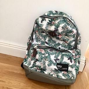 En vanlig Warp ryggsäck som är rymlig o knappt använd (en gång typ). Du skulle vara coolast i stan med den LOOOVAR ;)   Tar swish och kan mötas upp i Uppsala och posta ;)
