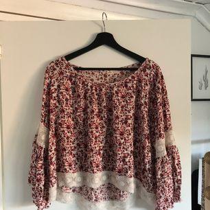 Jättefin blus med utsvängda ärmar, sparsamt använd! Priset är inklusive frakt. Tar endast swish!