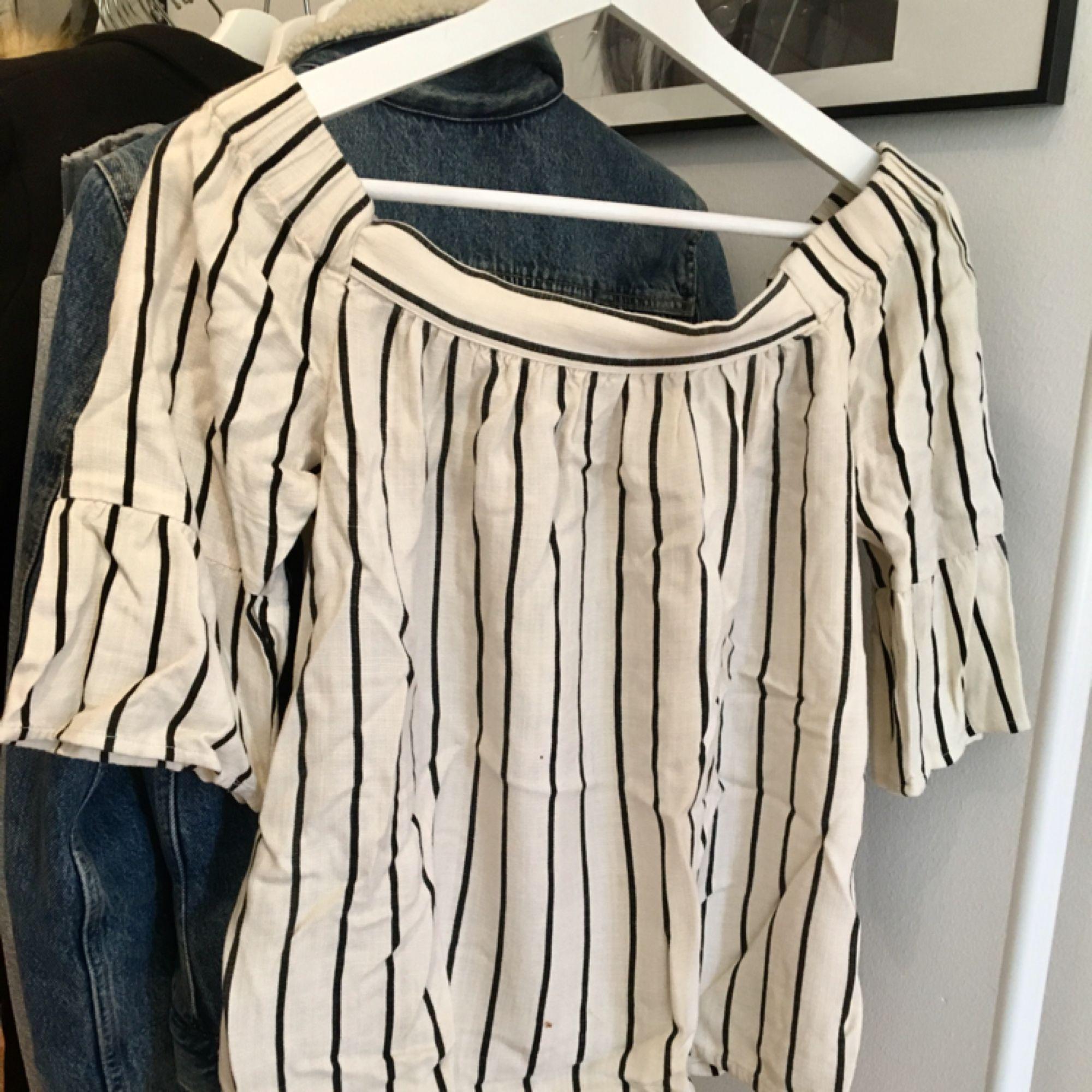 En sjukt skön somrig tröja från VILA. Till någon som har inte lika breda axlar som mig :( och den ska gå ner på axlarna och är i ett mysigt af material ;)    Tar swish och kan mötas upp i Uppsala och posta ;) frakt 36kr.. Toppar.