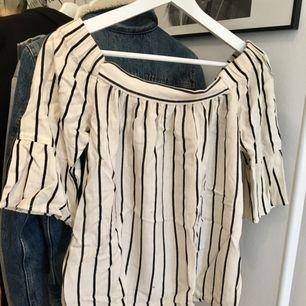 En sjukt skön somrig tröja från VILA. Till någon som har inte lika breda axlar som mig :( och den ska gå ner på axlarna och är i ett mysigt af material ;)    Tar swish och kan mötas upp i Uppsala och posta ;) frakt 36kr.