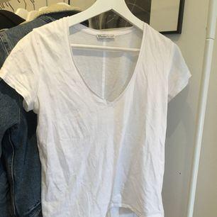 En Zara t-shirt som har använts inte så mycket, passar XS-M, men kan vara lite tajtare i ärmarna. Svarta BHar syns igenom lite.    Tar swish och kan mötas upp i Uppsala och posta ;) frakt 18kr