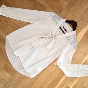 En fin blus som är lätt genomskinlig och skulle rekommendera en hudfärgad BH till. Använts 1 gång. Tar swish och kan mötas upp i Uppsala och posta, men du står för fraktkostnad ;)