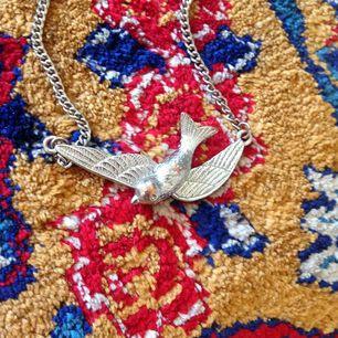 🕊Något kortare halsband med svala🌿  •köparen står för frakt•