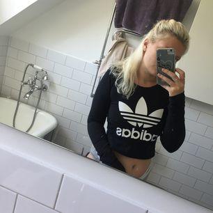 Långärmad croptop från Adidas. Stretchig och mjuk. Nästan helt oanvänd