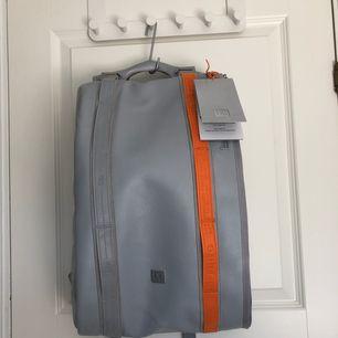 Douchebags the base (15L) friends&family edition som kom i en begränsad upplaga. Väskan är i nästan nyskick då den endast har använts 1 gång varsamt. Kvitto/följesedel medföljer. Dustbag och tagsen som satt på väskan medföljer. OBS! Köpare betalar frakt