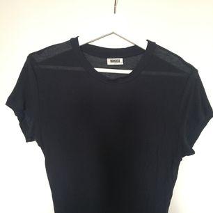 Ribbad t-shirt i lätt genomskinligt material. Storlek L men passar mig som är xs/s. Har aldrig kommit till användning, så säljer vidare och hoppas någon annan kan få användning för den istället ✌🏼 fraktar mot 36kr eller möts upp i stockholm 🌻