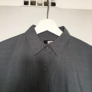 Mörkgrå skjorta från bikbok i oversize-modell :) säljer då den aldrig använts för att den är för liten (därav inga bilder på). Fraktas med postnord eller möts upp i stockholm 🌻