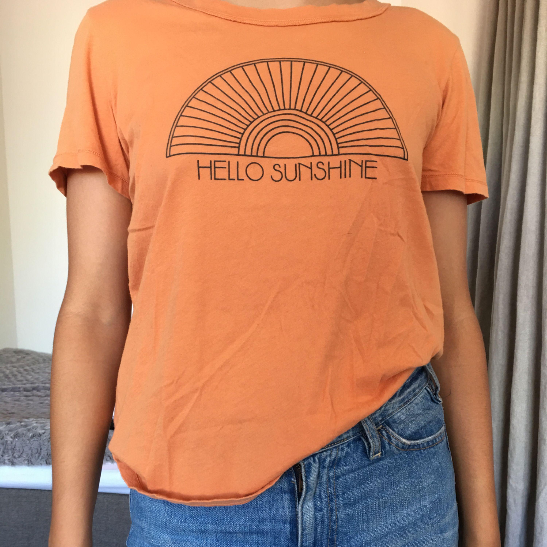 Snygg T-shirt! Använd endast ett fåtal gånger. Skulle passa snyggt över en långärmad tröja✨ köpt från Urban outfitters! kan mötas upp annars står köparen för frakt! (OBS skulle säga att den mer är storlek S än M. T-shirts.