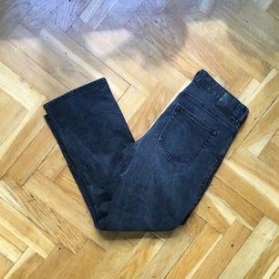 Jeans från weekday i flare-modell. Skitsnygga, men är tyvärr för stora för mig! Ankellånga :)  Skickar med postnord eller möts på fridhemsplan 🌻