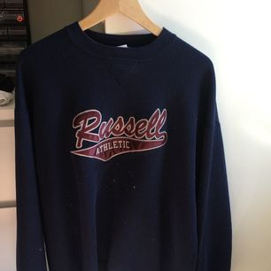Snygg oversized tröja från Russel athletic. Använd 1 gång så i gott skick. Köparen står för frakten och betalning sker via swish 💙