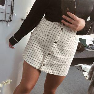 Randig kjol från monki, bra skick!