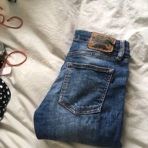 Så snygga Crocker jeans med låg midja. Har slitning på ena knäet och den perfekta jeansfärgen.