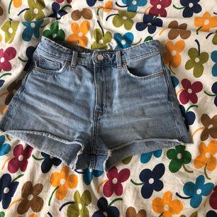 Snygga shorts ifrån monki! Säljer dessa då de inte kommer till användning så mycket. Storlek 26. Vilket motsvarar S. Frakt ingår i priset☀️