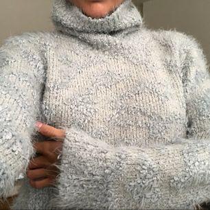 JÄTTE mysig tröja med högkrage från Zara, perfekt nu till sommarkvällar att gosa i. Skulle säga att tröjan passar alla från XS till M