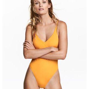 Säljer denna 90's oranga baddräkt från H&M. Använd ca 3 gånger.