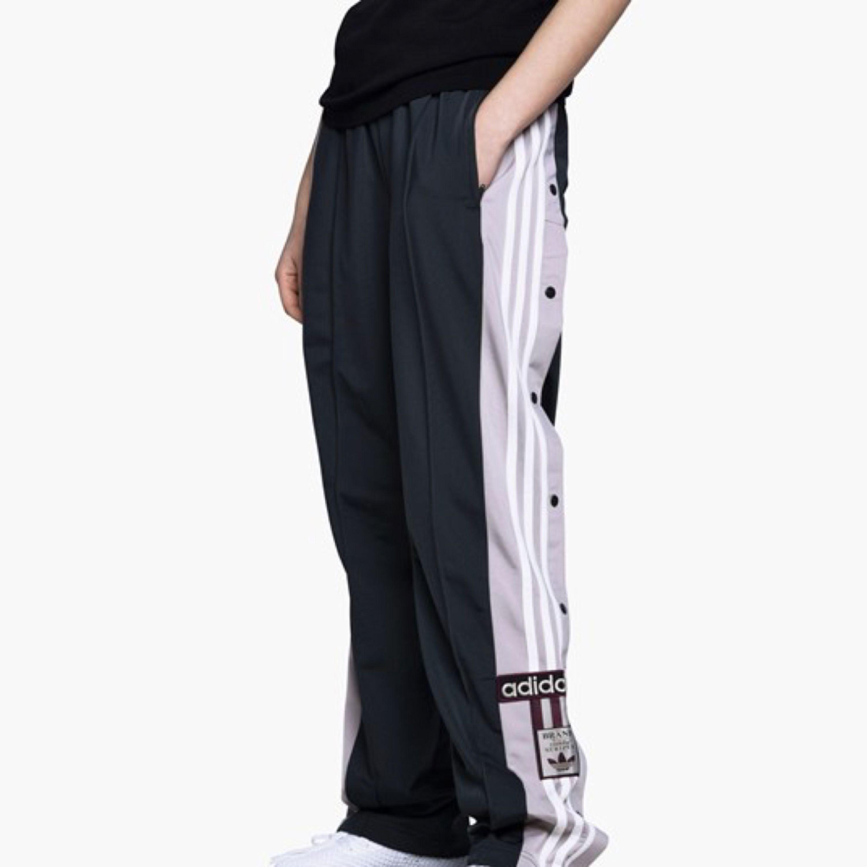 Adibreak track pants grå, aldrig använda, endast provat. Säljer pågrund av fel storlek, (S36), stora i storleken. Kan mötas i Stockholm eller så kan de skickas. Köparen står för frakten (LÅNAD BILD) Köpta för 700kr. Jeans & Byxor.