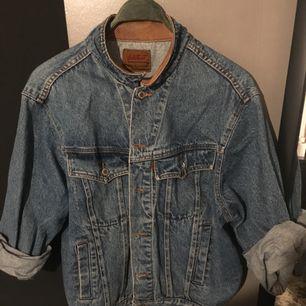Vintage dobber jeansjacka med läder inne på kragen. Betalas via swish. Köparen står för frakt men kan även mötas i stockholm.