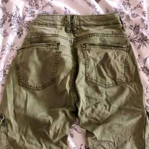 Säljer ett par superfina gröna militärbyxor jeans från Zara