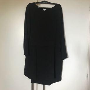 Kort klänning som går till låren i två olika material på överdel och underdel (se bild 2). 100% viskos.