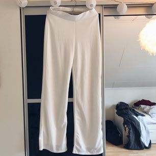 Snygga vita byxor från NLY TREND som dessvärre inte kommer till användning. De är enbart använda en gång, så de är i nyskick. Betalning via swish, frakt inräknat i priset