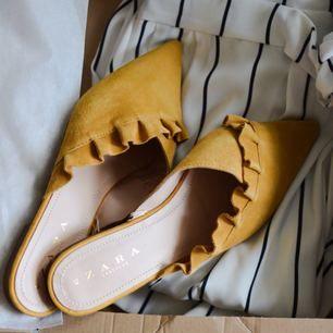 Såå fina skor i mocka, aldrig använda. Står storlek 41 och passar bra på mig som har 40-41