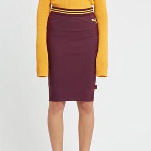 Fenty PUMA by Rihanna   Säljer en helt oanvänd kjol från Rihannas kollektion med puma. Den är så jävla snygg och jag önskar jag trivdes mer i kjol. Nu blir den bara hängande här hemma.  Material: 73% nylon, 27% elastan