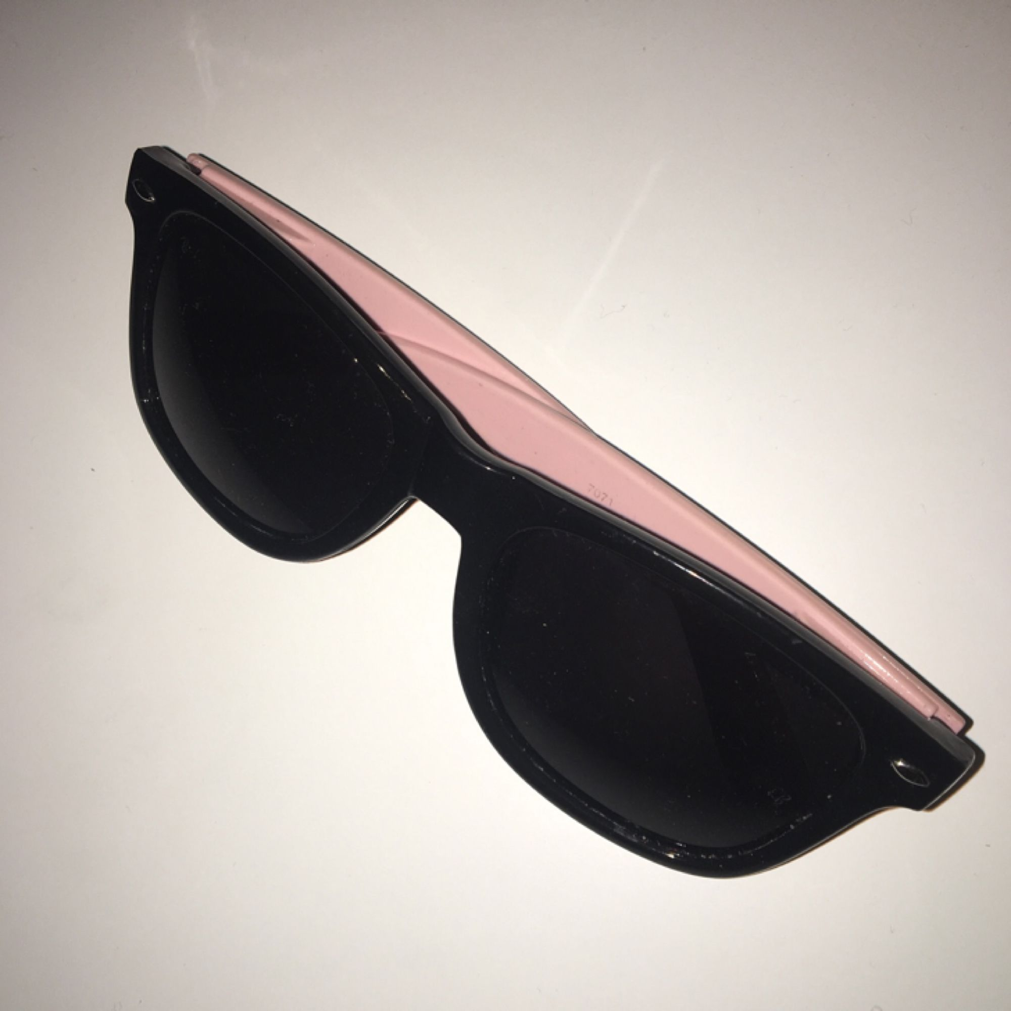 Coola solglasögon i svart   rosa. Fint skick. Frakt ingår. Accessoarer. 8e163568c9826