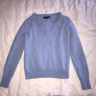 En ull stickad tröja från Gant som endast är använd ett fåtal gånger och är i fint skick. Tröjan är i strl S men skulle säga att den är mer en XS. Möts upp i Stockholm eller så fraktar jag.