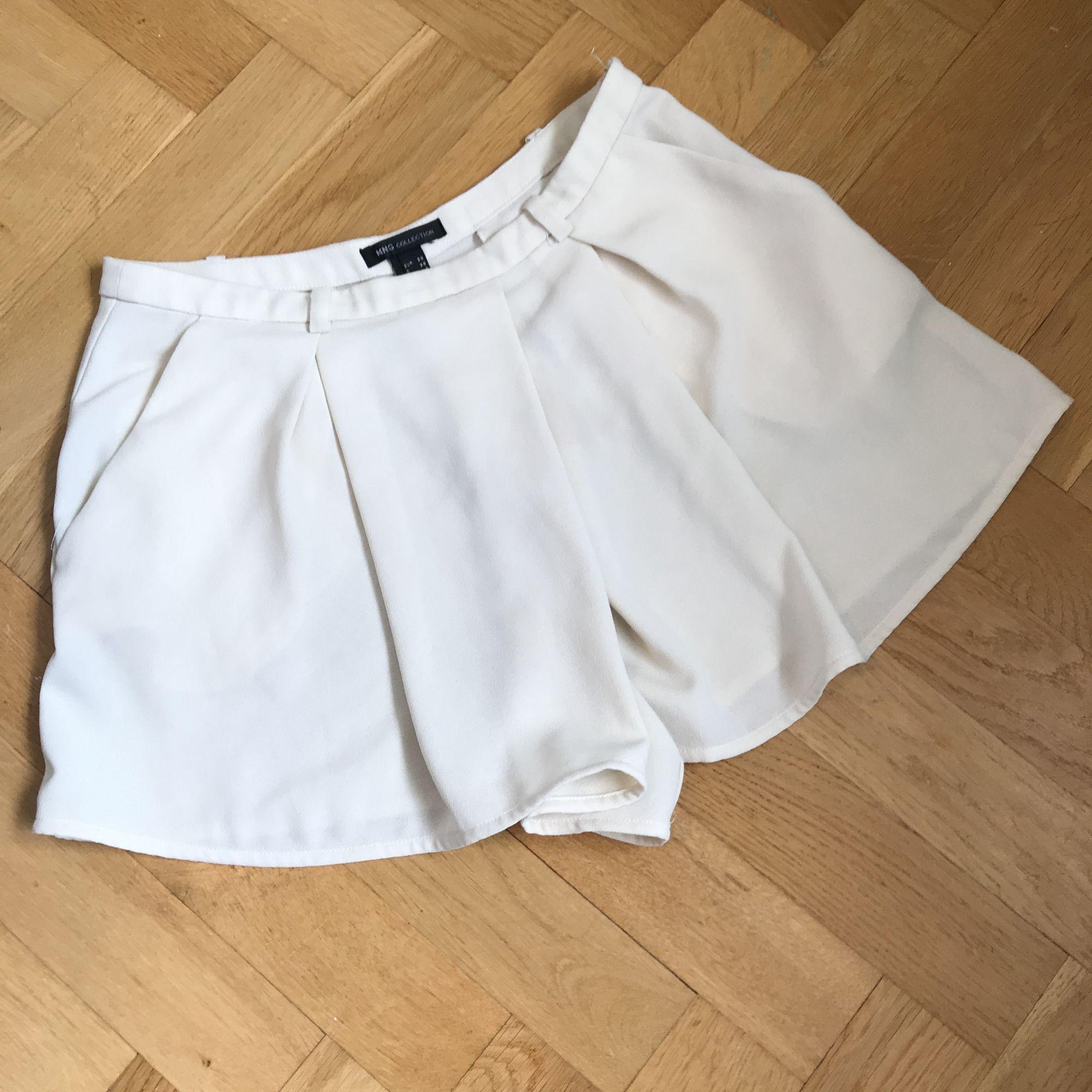 """Shorts med """"omlottframsida"""" i benvit färg 🕊 sköna och smickrande . Shorts."""