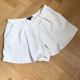"""Shorts med """"omlottframsida"""" i benvit färg 🕊 sköna och smickrande"""