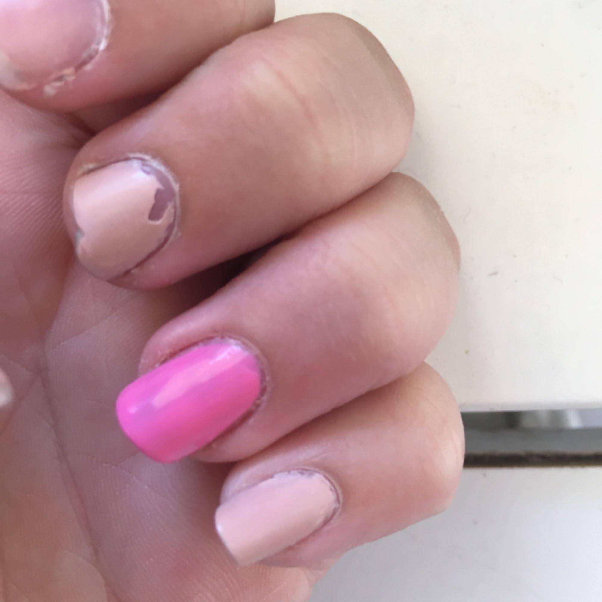 Ett rosa nagellack från essie nästan helt full i ett ganska bra skick . Accessoarer.