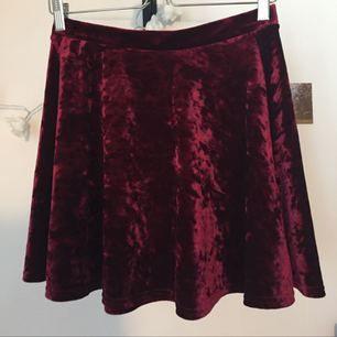 Söt vinröd crushed velvet kjol i skater modell! Sparsamt använd då den är för liten för mig.
