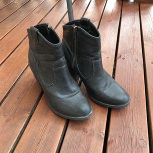 Boots i grå-svart 🌚 jättesköna på! Fejkmaterial som står sig mot smuts och våta, använda en säsong. (Smutsiga på bilderna, gör självklart rent de innan försäljning)